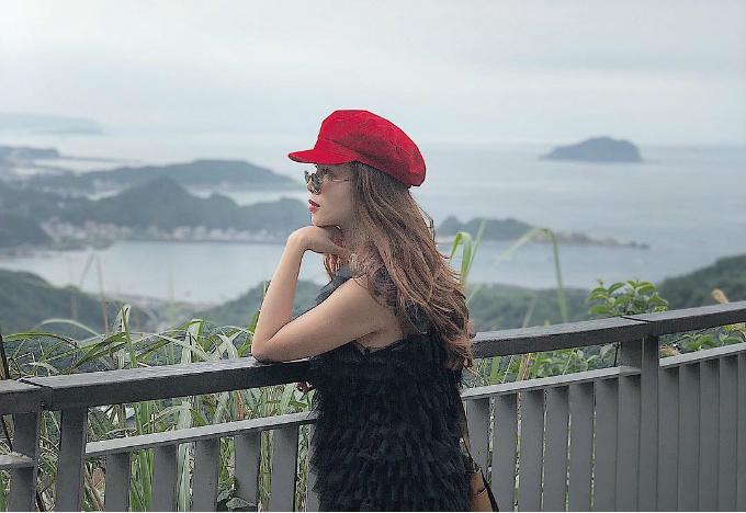 Ngoài ăn uống, Song Yến cũng dành thời gian để tham quan, khám phá nhiều khu vực nổi tiếng ở Đài Bắc. Trong đó không thể thiếu làng cổ Cửu Phần với địa điểm check in huyền thoại là quán trà lầu đèn lồng phía sau.