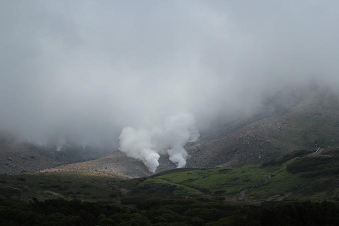 Đường lên đỉnh Asahi cao nhất tỉnh Hokkaido - một phần của quần thể núi lửa Daisetsuzan vẫn đang hoạt động, thuộc dãy Ishikari, phía Bắc Vườn quốc gia Daisetsuzan là một trong những cung đường trekking đẹp vào mùa hè. Hồ Sugatami, nơi có những cột hơi nước thoát ra từ lỗ thông hơi núi lửa là nơi ngắm hình ảnh phản chiếu đẹp tuyệt của đỉnh núi tuyết. Bạn có thể đi cáp treo đến Asahidake Onsen (tắm suối khoáng nóng) hoặc trượt tuyết vào mùa đông ở đây.   Ngoài ra, bạn có thể uống nước trực tiếp từ dòng suối dưới chân núi. Đây là nước tan từ tuyết trên đỉnh, rất sạch. Sau khi nếm thử, Phương Anh Đào cho biết nước mát lạnh, vị ngọt, ngon đúng nghĩa là nước suối tinh khiết.