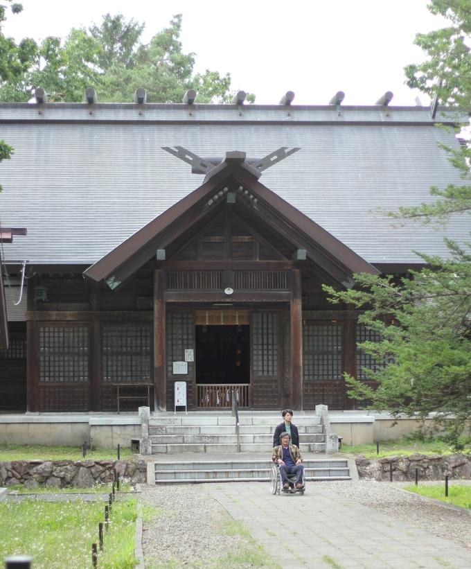 """Tài tử Akutsu còn đưa cả đoàn phim đến đền Higashikawa - ngôi đền cổ và là chốn tâm linh của người dân địa phương. Đây không phải là điểm tham quan nổi tiếng nên bạn khó có thể tìm kiếm thông tin về ngôi đền trên internet. Các dịch vụ du lịch ở Higashikawa vẫn chưa phát triển vì nếu đi tour Hokkaido ngắn ngày, hầu hết sẽ chọn điểm nổi tiếng như Sapporo. Từ những năm 1980, Higashikawa được mệnh danh là """"Thành phố nhiếp ảnh"""" và có giải thưởng ảnh Higashikawa hằng năm. Vì thế tuy không đông du khách nhưng vùng đất này lại thu hút không ít nhiếp ảnh gia. Để đến được đây, bạn phải bay 90 phút hoặc mất khoảng 17h ngồi tàu từ Tokyo."""