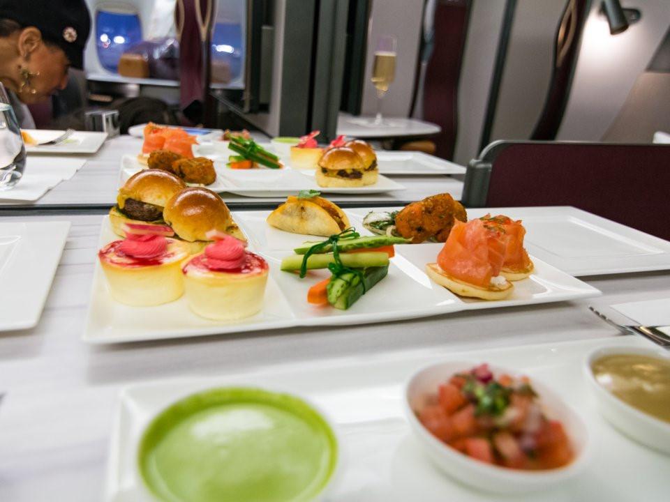 Ngoài món chính là cơm gà Biryani, hãng còn có các món điểm tâm, bánh, trái cây và đồ ăn nhanh. Những khách hàng ở giữa có thể hạ vách ngăn, ghép bàn với nhau tạo thành bữa tiệc nhỏ với các món ăn đẹp mắt, ngon miệng.