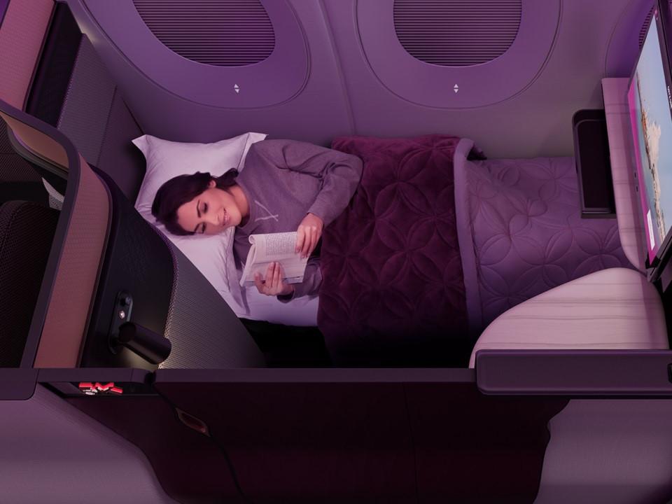 Hành trình trên chuyến bay của Qatar Airways không chỉ là quá trình di chuyển mà còn là cơ hội để tận hưởng, nghỉ ngơi và giải trí. Bên trong khoang thương gia của Qatar Airways Khoang thương gia của Qatar Airways được thiết kế sang trọng, tiện nghi, phục vụ nhu cầu ăn uống, giải trí, nghỉ ngơi của hành khách.