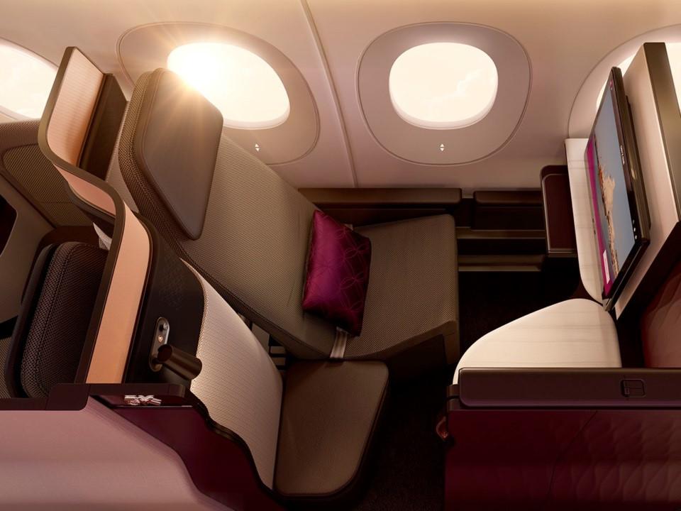 Phần lớn chuyến bay của Qatar Airways sử dụng Boeing 777 và Airbus A350 . Đặc biệt, khoang thương gia Qsuites được thiết kế để mang lại cảm giác thoải mái nhất cho hành khách với nhiều lối đi hơn và thêm cửa có thể đóng lại nhằm tạo không gian riêng tư.