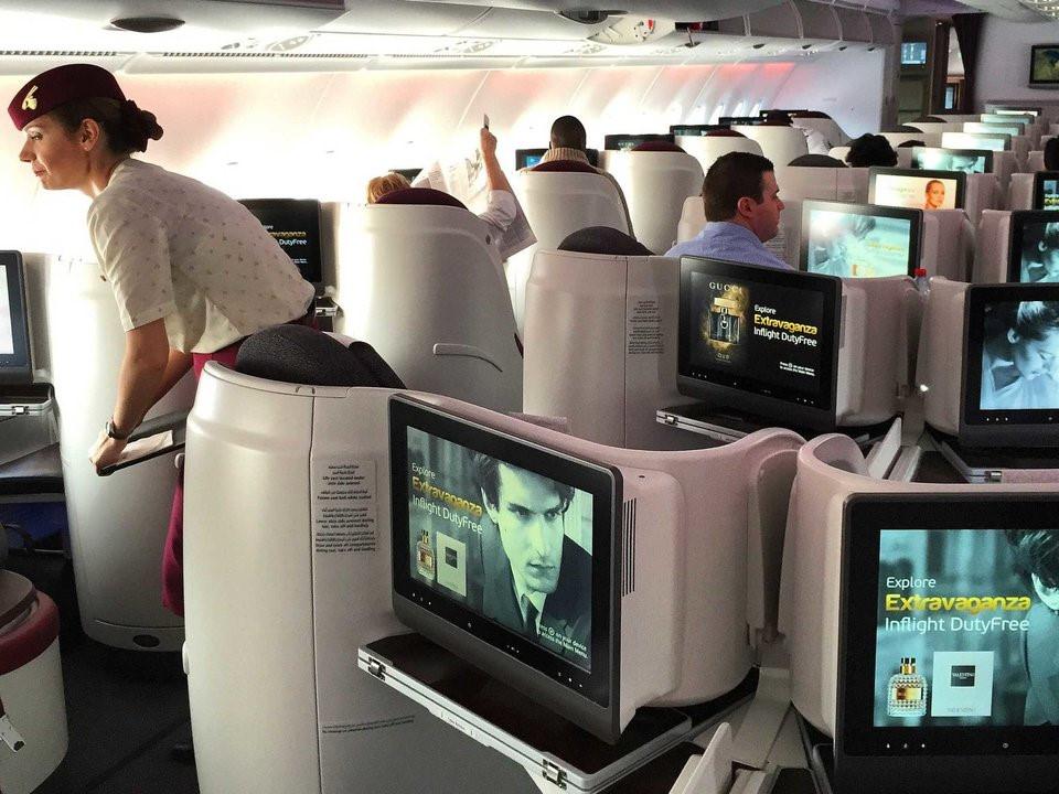 Trong khoang thương gia, mỗi chỗ ngồi được trang bị màn hình rộng 21,5 inch. Khách hàng có thể chọn chương trình thông qua màn hình cảm ứng hoặc điều khiển riêng.