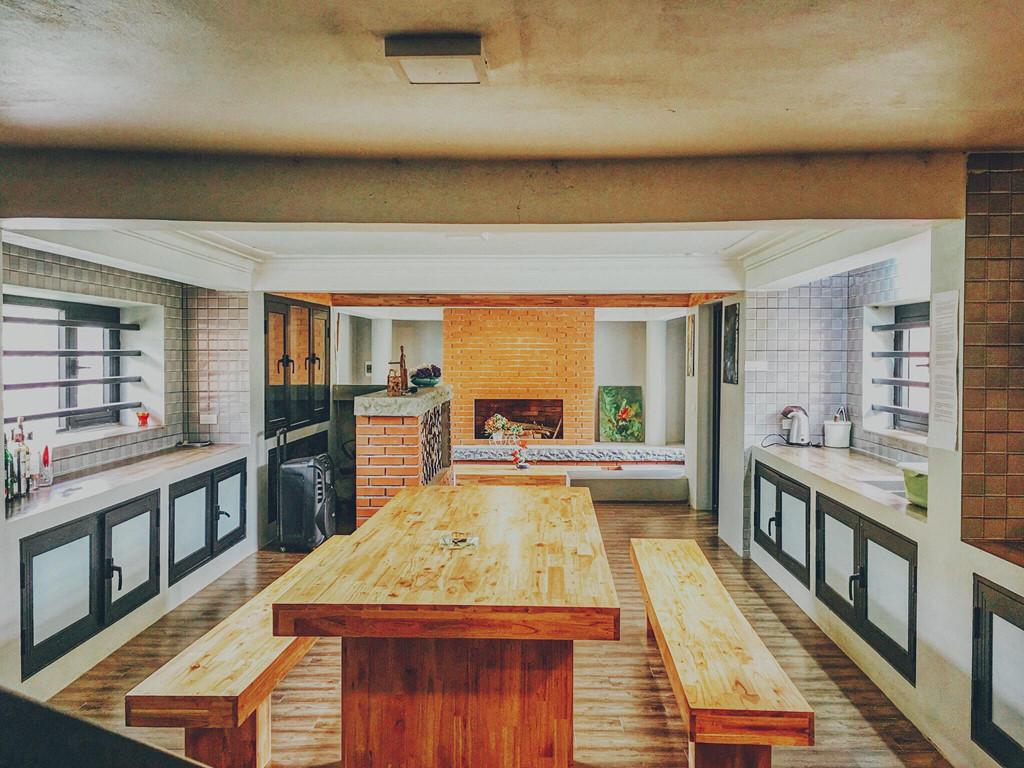 Kiến trúc nội thất bên trong ngôi nhà mang phong cách của vùng xứ lạnh Bắc Mỹ với tường gạch đỏ cùng cách ô cửa sổ lớn. Khuôn viên rộng có hồ nước lớn mang đến cảm giác mát mẻ, trong lành và thơ mộng hơn cho không gian. Giá ở đây vào khoảng 3,5-5 triệu đồng/10 người, tùy vào ngày giữa hay cuối tuần.