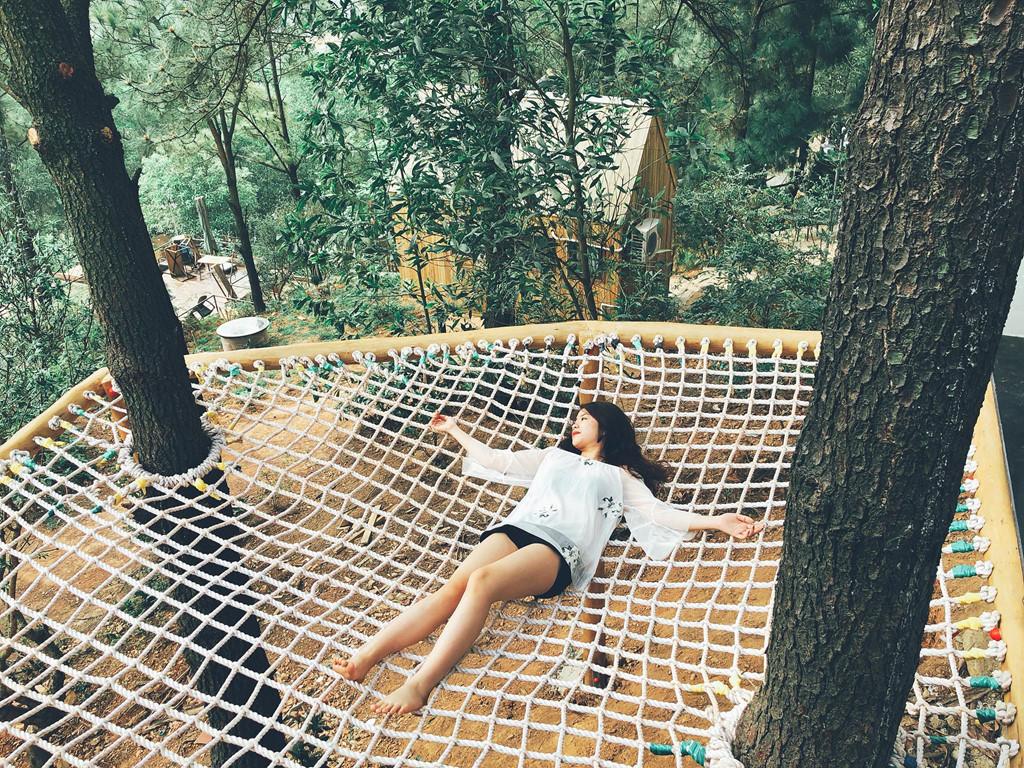 Một điểm cộng nữa của khu Nhà quả thông lớn là có võng thừng đan nối với nhau rất chắc, bạn có thể thoải mái nằm ngồi hay nhảy cũng không sợ ngã.