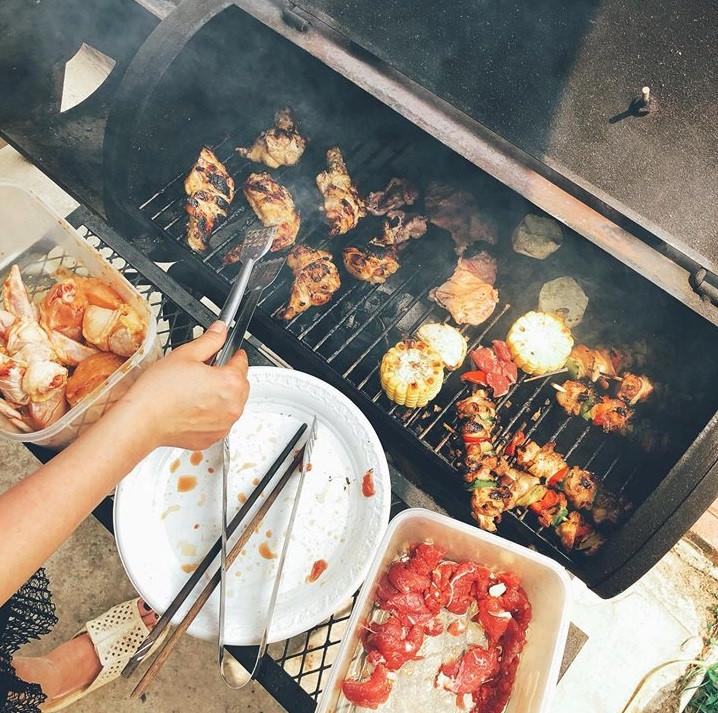 Bữa tiệc thịt nướng, bếp nướng là của khu nhà. Trước khi muốn nướng các bạn nên báo trước 30 phút cho nhân viên để nhóm than.