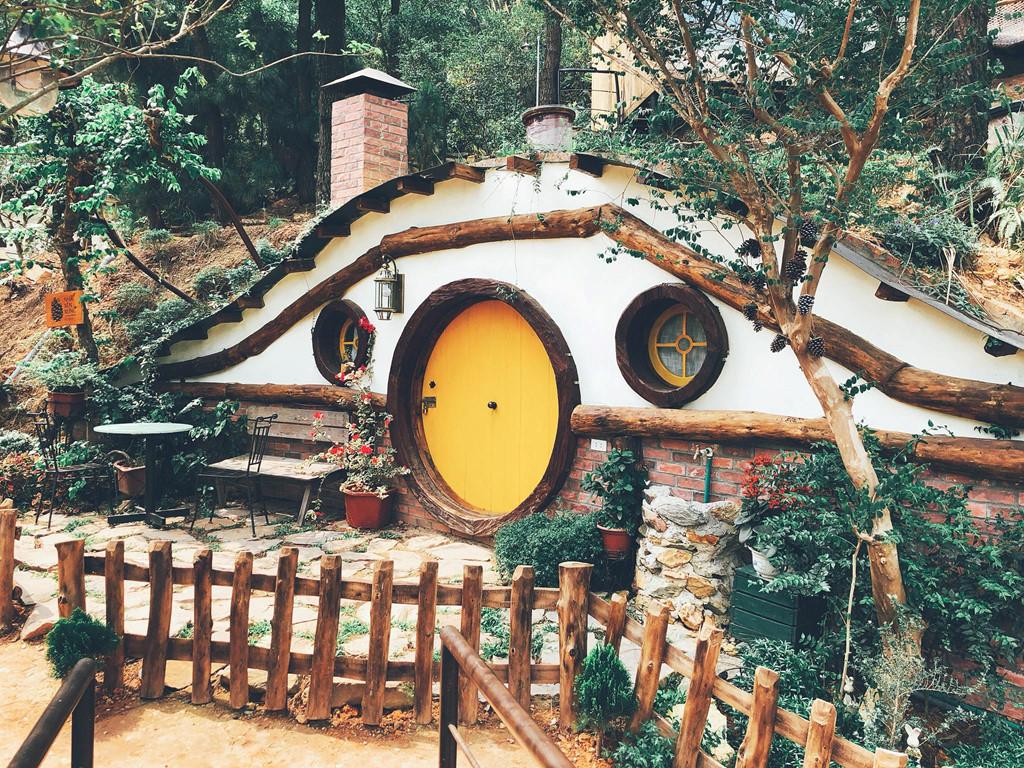 Đây là khu nhà Hobbit dưới lòng đất - với kiến trúc đặc biệt nhất của U Lesa, chưa từng có tại Việt Nam. Nằm chìm dưới mặt đất và thảm cỏ bao quanh thụ hưởng những ưu ái nhất của thiên nhiên, khi vào đông nhà ấm, và trời nóng nhà mát lạnh.