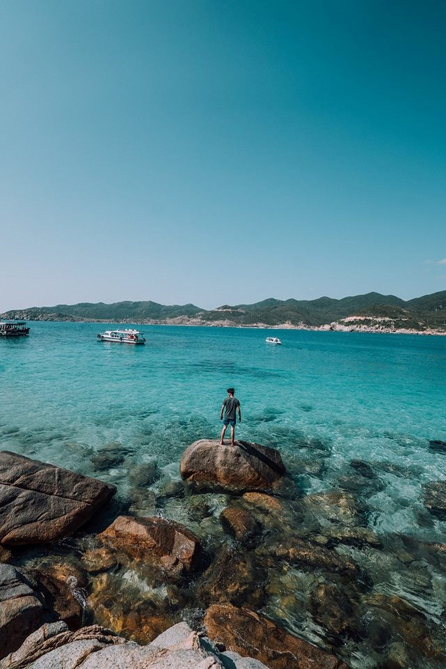 Bình Hưng là một hòn đảo nhỏ nằm dưới chân đèo của cung đường biển Bình Tiên - Vĩnh Hy, một trong ba hòn đảo Tam Bình thuộc xã Cam Bình, thành phố Cam Ranh, tỉnh Khánh Hòa. Hòn đảo này còn có tên gọi khác là hòn Chút hay hòn Tý.