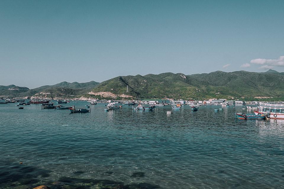 Người dân nơi dây sống chủ yếu bằng nghề đánh bắt thủy sản, trong đó phổ biến là nghề nuôi tôm hùm. Đường xá đi lại xung quanh đảo sạch sẽ, dễ dàng di chuyển.