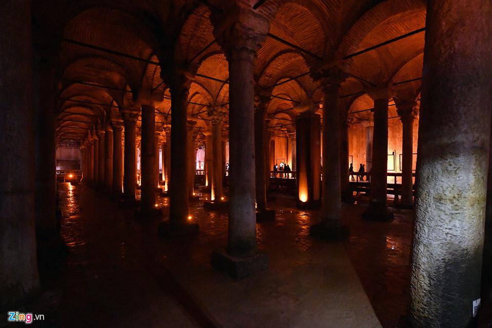 """Ở Istanbul, hàng trăm hồ chứa tối tăm thời Byzantine vẫn được giữ nguyên từ những ngày xa xưa của thành phố cổ Constantinople. Không hồ chứa nào trong số này rộng lớn hay nổi tiếng hơn Basilica Cistern. Vào một ngày mùa hè nóng bức, """"Cung điện bị đắm"""" này là nơi tuyệt vời để nghỉ ngơi mát mẻ."""