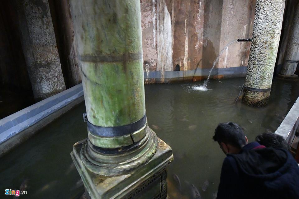 Đến năm 1545, trong cuộc đi tìm những tàn tích của đế chế Byzantine, nhà khảo cổ người Pháp Petrus Gyllius được nghe người dân địa phương kể rằng họ chỉ cần thả gầu xuống dưới tầng hầm nhà họ là đã có nước mát và trong, Basilica Cistern tình cờ được phát hiện.