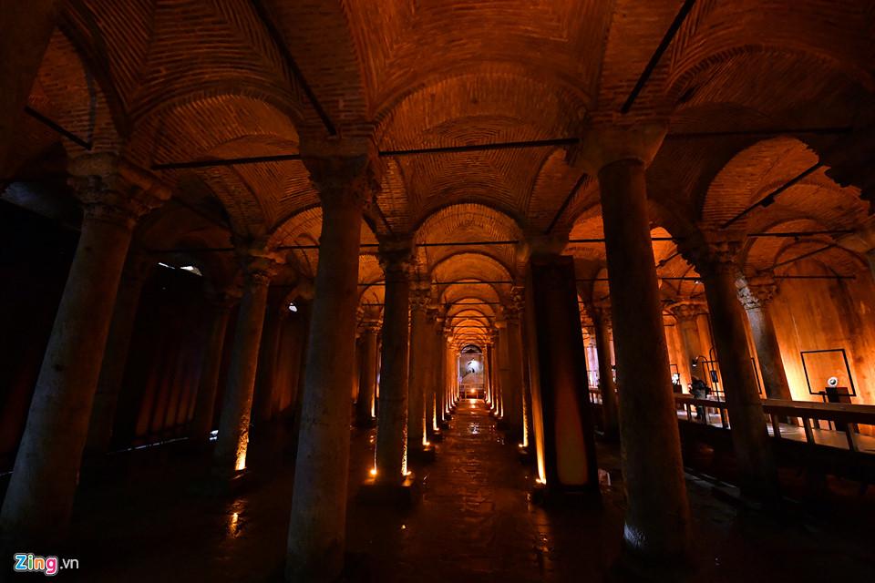 Basilica Cistern được gọi với nhiều tên như Cung điện nước, Cung điện bị đắm. Thực chất đây là hệ thống bể chứa nước ngầm cung cấp nước sạch cho sinh hoạt của người dân và dọn dẹp vệ sinh tại các giáo đường, đền đài.