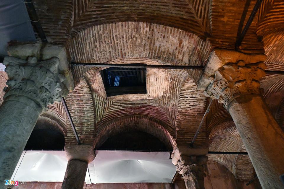 Trần của Basilica Cistern được chống đỡ bằng 336 cột đá cẩm thạch lớn trong không gian gần 1 ha...