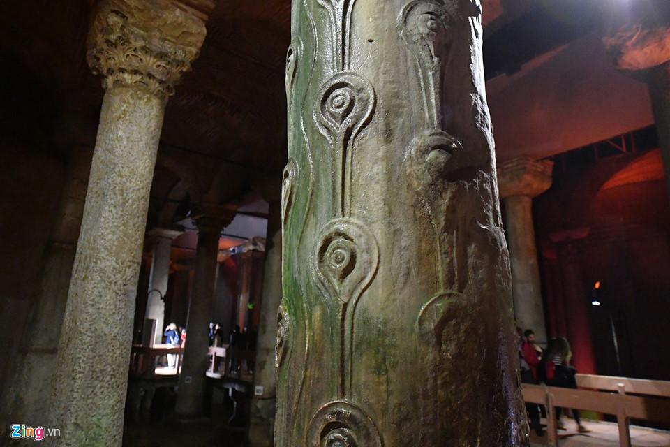 Trong số những cây cột này, một vài cột có tượng đầu quỷ Medusa lộn ngược, nằm ở phía tây bắc. Nhiều du khách không khỏi rùng mình khi nhìn thấy bức tượng này.