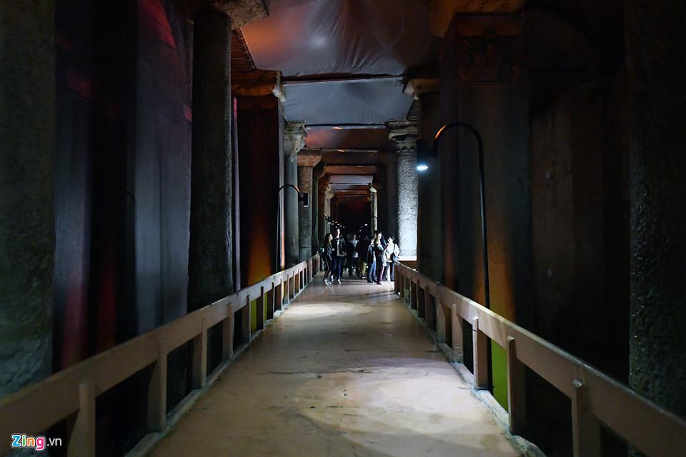 Để có đường cho khách tham quan, một hệ thống bục gỗ đã được lắp đặt vào năm 1990 trên một phần diện tích nước để giúp du khách có tầm nhìn rõ hơn xuống khoảng sâu tối tăm bên dưới.