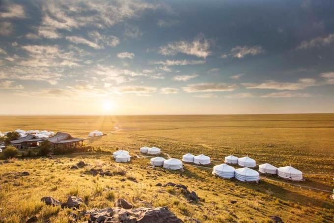 Three Camel, hoang mạc Gobi, Mông Cổ  Quay lưng vào dãy núi Altai, Three Camel là 40 căn lều ger truyền thống của người Mông Cổ, mang tới trải nghiệm nghỉ dưỡng độc đáo cho du khách khi nằm giữa vùng hoang mạc mênh mông Gobi. Tòa nhà chính của khu nghỉ dưỡng xây theo kiến trúc chùa Phật giáo. Điểm lưu trú này được yêu thích nhờ thiết kế truyền thống trong từng chi tiết trang trí, nội thất nhưng vẫn mang vẻ hiện đại hài hòa với thiên nhiên.
