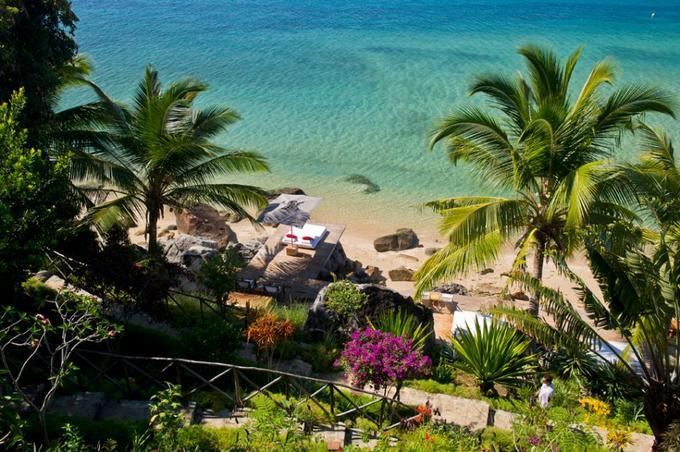 Tsara Komba, đảo Nosy Komba, Madagascar  Nằm ở cực tây bắc của Madagascar, Tsara Komba giống như một vườn bách thảo. Khu nghỉ dưỡng nằm giữa biển và rừng, các căn bungalow được dựng bên các khu vườn ở sườn đồi, núi. Những ban công riêng tư của khách có thể nhìn ra biển xanh ngắm cá heo nhảy sóng. Ngoài ra, lưu lại trên đảo Nosy Komba du khách có thể khám phá các làng chài, đồn điền cacao, cà phê, vanila...