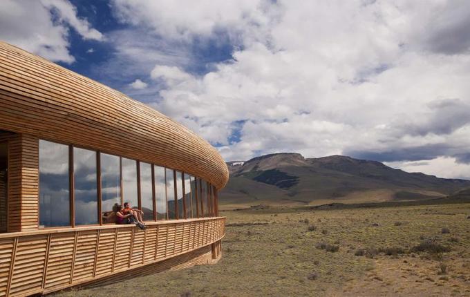 Tierra Patagonia, Patagonia, Chile  Với kiến trúc bao phủ các mặt bởi những cửa kính lớn, du khách nghỉ tại Tierra Patagonia có thể ngắm nhìn cảnh vật Vườn quốc gia Torres del Paine bất cứ khi nào, từ hành lang tới phòng bể bơi. Ngoài ra, du khách sẽ được khám phá vẻ đẹp và sự phong phú tuyệt vời của thiên nhiên Patagonia khi theo chân những hướng dẫn viên Chile.