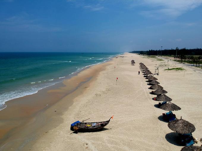 Biển Tam Thanh cách thành phố Tam Kỳ khoảng 10 km, là một phần trên cung đường biển dài hơn 50 km từ Cửa Đại đến Tam Hải thuộc tỉnh Quảng Nam. Bãi biển này chưa bị tác động nhiều nên bờ cát vẫn trắng mịn, rộng, biển thoai thoải, không hề bị sụt lún. Người dân ở đây có ý thức giữ gìn bãi biển sạch, không có hiện tượng bán hàng rong, chèo kéo khách. Sáng sớm và chiều muộn mỗi ngày, rất đông người dân thành phố Tam Kỳ và các khu vực xung quanh ra đây tắm biển.