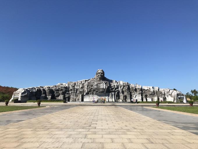 Cách biển Tam Thanh 5 km về phía thành phố Tam Kỳ, bạn có thể đến viếng thăm tượng đài lấy nguyên mẫu từ mẹ Việt Nam anh hùng Nguyễn Thị Thứ, huyện Điện Bàn, Quảng Nam có 9 con trai, một con rể, hai cháu ngoại hy sinh trong kháng chiến chống Pháp và Mỹ.