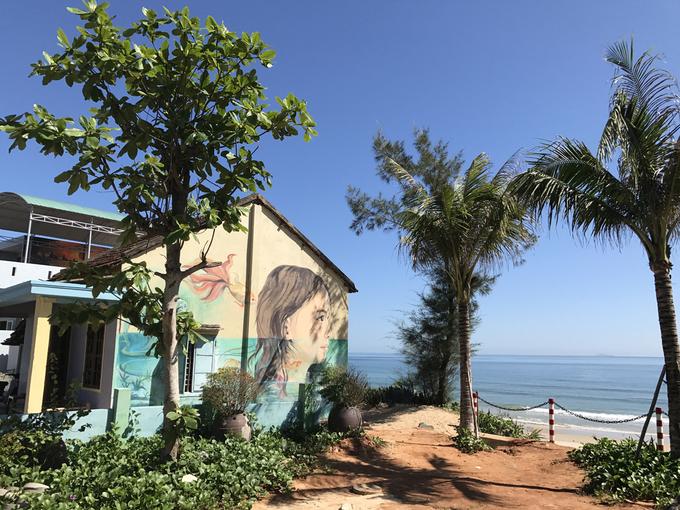 Những bức họa màu sau hai năm cũng phôi pha theo mưa nắng và sắp được vẽ lại cũng dưới sự tài trợ từ phía Hàn Quốc. Ngôi làng chài nhỏ nhưng rất đỗi thanh bình được thiên nhiên ưu đãi với một mặt giáp sông Trường Giang, một mặt giáp biển.