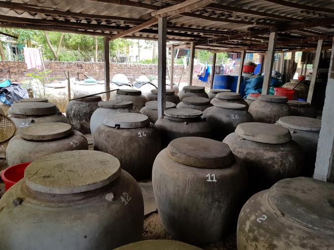 Cũng nơi đây, ngoài nghề chài lưới, người dân còn làm nước mắm truyền thống. Trong làng có khoảng 20 cơ sở sản xuất nước mắm nhỏ lẻ, theo quy mô hộ gia đình, sản xuất theo phương pháp truyền thống, không sử dụng hương liệu hay chất phụ gia bảo quản. Nước mắm ở đây được du khách đánh giá là thơm, ngon và trong màu hổ phách.  Đến với làng bích họa, bạn có thể lưu trú ở các homestay do người dân mở ra, sống trong khung cảnh bình yên của ngôi làng, tận mắt trải nghiệm nghề làm nước mắm thủ công, thưởng thức những món hải sản tươi rói. Nếu thích bạn cũng có thể xin cắm trại, đốt lửa ngay trên bãi biển của làng, hoặc xin đi theo những chuyến đánh bắt gần bờ của các ngư dân.
