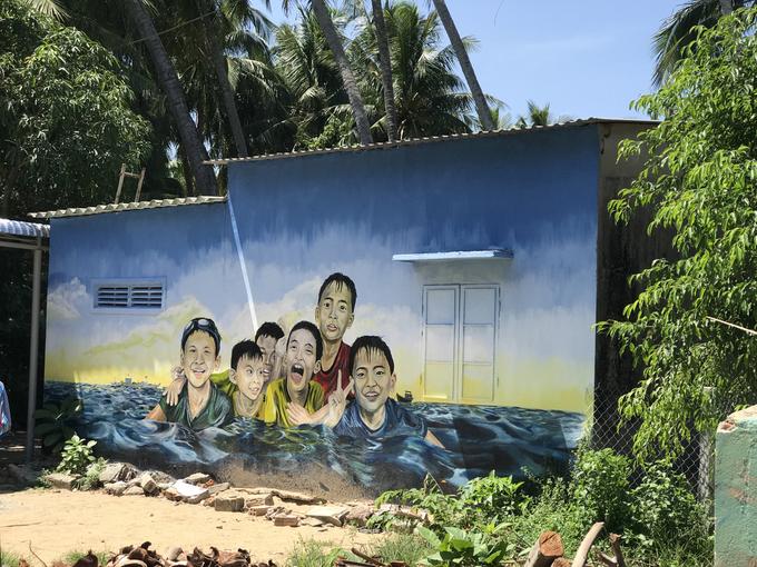 Đến xã đảo Tam Hải, bạn có thể thuê xe máy đi một vòng quanh đảo, thăm làng bích họa Tam Hải với vô số tranh tường có màu sắc rực rỡ...