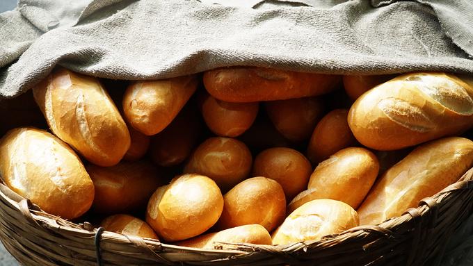 Giỏ bánh mì cả trăm ổ cứ khoảng nửa tiếng lại vơi đi và được chất đầy một mẻ mới, lúc nào cũng giòn rụm.