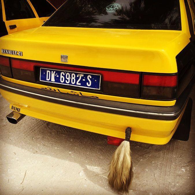 Taxi có đuôi  Tài xế Senegal tin rằng những chiếc đuôi dê sẽ đem lại cho họ may mắn khi chúng được gắn sau xe. phóng viên Telegraph Gavin Haines đánh giá nhiều người trong số họ quả thực cần rất nhiều may mắn với lối lái khá ẩu. Ảnh: Twitter.