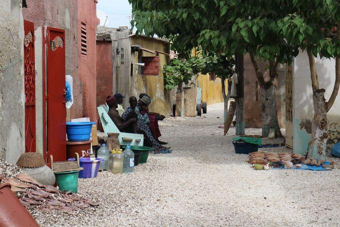 Hòn đảo từ vỏ sò, vỏ ốc  Là một trong những quốc gia có nhiều dự án tái chế nhất thế giới, người dân Senegal đã tạo nên một hòn đào tên Fadiouth, làm từ hàng triệu vỏ sò, vỏ ốc... với khoảng 8.000 người sinh sống. Ảnh: Inspirations Voyage famille Jomier.
