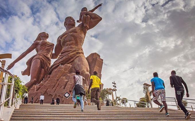 Bức tượng cao nhất châu Phi  Với độ cao 49 m sừng sững giữa thủ đô Dakar, Đài tưởng niệm Phục hưng châu Phi là bức tượng cao nhất châu lục. Dù đây là thiết kế của một kiến trúc sư Senegal, bức tượng đồng do một công ty xây dựng Triều Tiên thi công, theo Telegraph. Ảnh: Alamy.