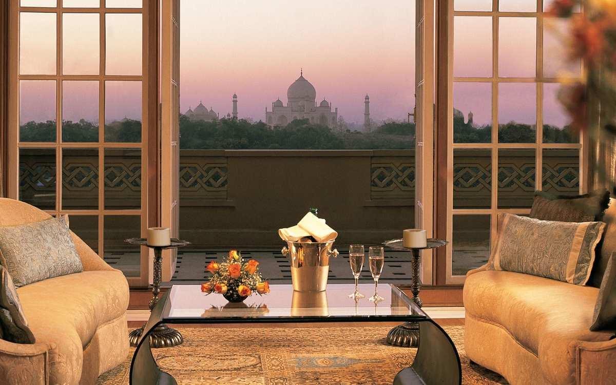 The Oberoi Amarvilas - Agra (Ấn Độ)  Mặt trời lặn phía sau đền Taj Mahal được đánh giá là một trong những cảnh tượng đẹp nhất trên thế giới. Chính vì vậy mà không có gì khó hiểu khi The Oberoi Amarvilas luôn là lựa chọn hàng đầu của giới nhà giàu khi đến Ấn Độ, nơi bạn có thể chiêm ngưỡng khung cảnh lãng mạn từ ban công. Giá phòng ở đây vào khoảng 10 triệu/đêm, thay đổi tùy mùa.