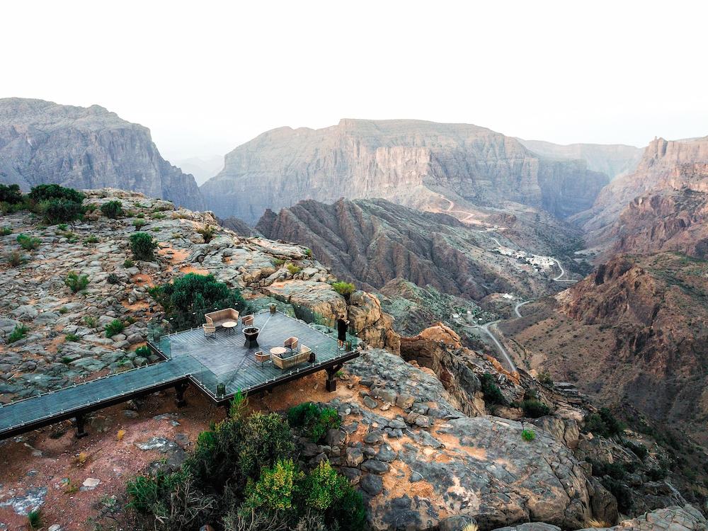 """Anantara Al Jabal Al Akhdar Resort - Nizwa (Oman)  Tọa lạc ở độ cao hơn 2.000 m so với mực nước biển, khách chỉ có thể đến Anantara bằng xe ôtô địa hình hoặc trực thăng dành cho giới nhà giàu. Resort này chiếm cả một mặt phẳng rộng lớn, có tầm nhìn ra hẻm núi hiểm trở của dãy Jabal Akhdar - nơi đã thu hút Công nương Diana đến đây ngắm cảnh vào năm 1986.  Cách xa khu dân cư kèm với không khí trong lành, nơi đây trở thành điểm nghỉ dưỡng bậc nhất ở Oman. Cả khu vực gồm hơn 100 phòng, 3 nhà ăn và hồ bơi vô cực thiết kế hiện đại. Bên cạnh đó, bạn có thể đặt bàn ăn view """"Diana's point"""" (được đặt theo tên của Công nương) cho bữa tối riêng tư, ngồi ngắm hoàng hôn tuyệt đẹp ở đây. Giá phòng thấp nhất khoảng 12 triệu đồng/phòng đôi."""