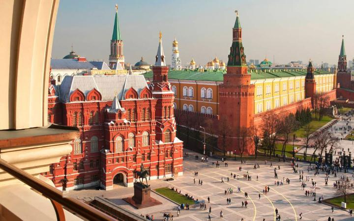 Four Seasons - Moscow (Nga): Kẹp giữa cung điện Kremlin và State Duma (toà nhà Quốc hội Nga), Four Seasons có view bao quát toàn bộ các kiến trúc đặc trưng ở thủ đô Nga như Quảng trường Đỏ, nhà thờ thánh Basil hay điện Kremlin... Từ đây, bạn có thể đi bộ đến GUM - trung tâm mua sắm nổi tiếng và nhiều điểm tham quan khác. Với thiết kế kết hợp giữa văn hóa phương Tây và kiến trúc thời Stalin, Four Seasons chứng kiến nhiều giai đoạn lịch sử nước Nga, trở thành một trong những khách sạn sang trọng nhất ở thành phố World Cup 2018. Giá phòng một đêm tầm 11 triệu đồng/phòng, cao nhất khoảng gần 100 triệu đồng/phòng suit.