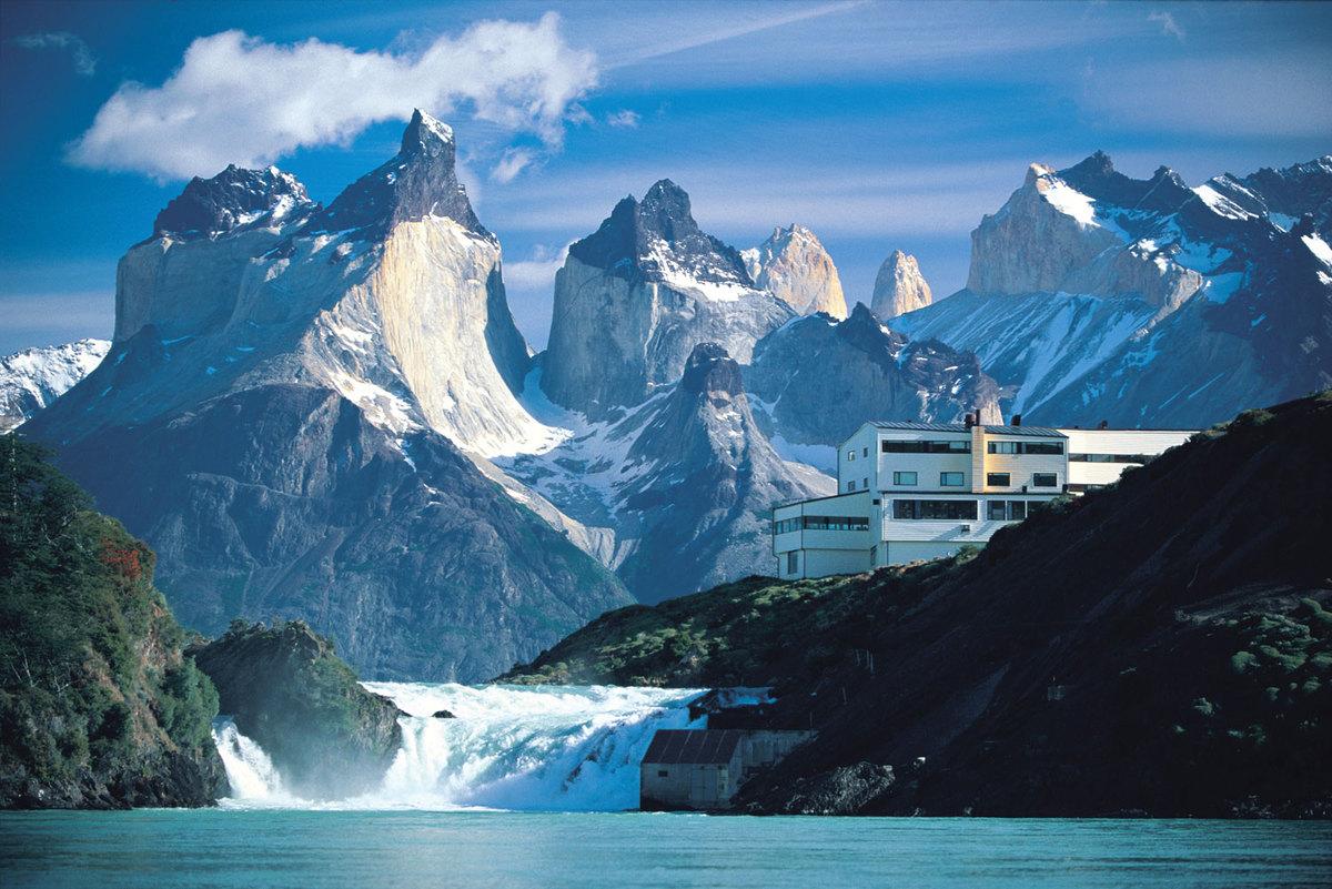 """Explora Salto Chico - Patagonia (Chile)  Được mệnh danh là một trong những khách sạn có view """"điên rồ"""" nhất thế giới, chỉ cần mở cửa phòng của Explora Salto Chico, khách có thể chiêm ngưỡng dãy Torres del Paine trông như những con quái thú hay toàn cảnh hồ Pehoé, thác Salto Chico tuyệt đẹp.  Bạn buộc phải book ít nhất 3 đêm với số tiền khoảng 52 triệu đồng cho 2 người để ở đây. Phòng ốc không hề có TV hay internet để khách toàn tâm toàn ý hòa mình cùng các kỳ quan của thiên nhiên."""
