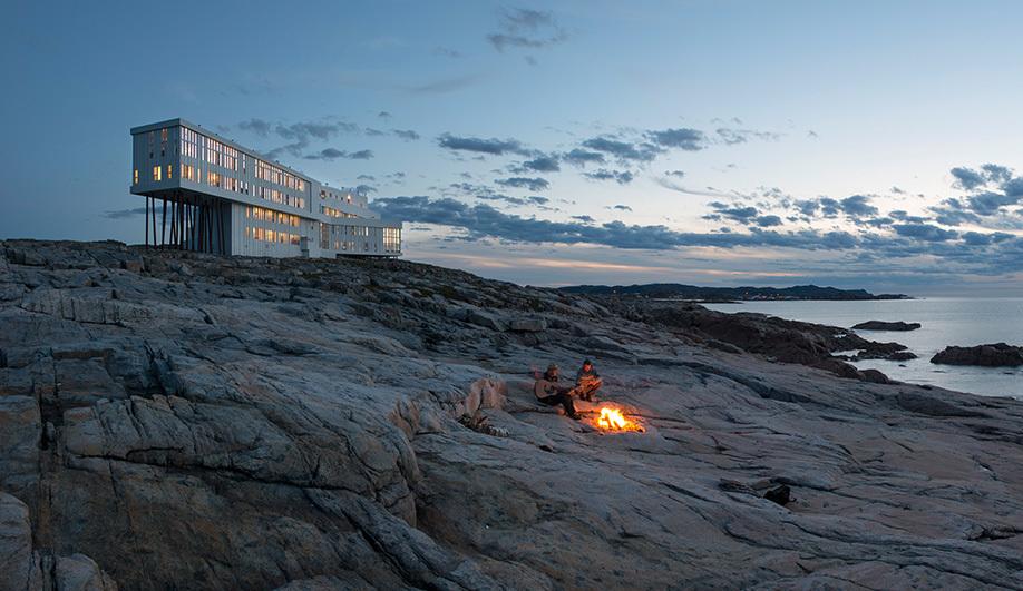 Fogo Island Inn - Newfoundland and Labrador (Canada)  Nằm trơ trọi trên bờ đá ngoài khơi Newfoundland, các phòng ở Fogo hướng thẳng ra Bắc Đại Tây Dương. Mỗi ngày, khách lưu trú được đắm chìm trong hoàng hôn và bình minh lãng mạn nơi đường chân trời, đặc biệt là vào mùa đông, cảnh tượng ở đây càng trở nên ngoạn mục với những tảng băng trôi lơ lửng trên đại dương.  Fogo được thiết kế bởi các kiến trúc sư hàng đầu Canada và châu Âu, lấy cảm hứng từ thiên nhiên hoang dã kết hợp kiểu nhà truyền thống, cho ra tòa nhà theo hướng hiện đại, nội thất đậm dấu ấn địa phương, ấm cúng vào mùa đông và hứng trọn ánh nắng khi hè về. Giá phòng thấp nhất 32 triệu đồng/phòng đôi.