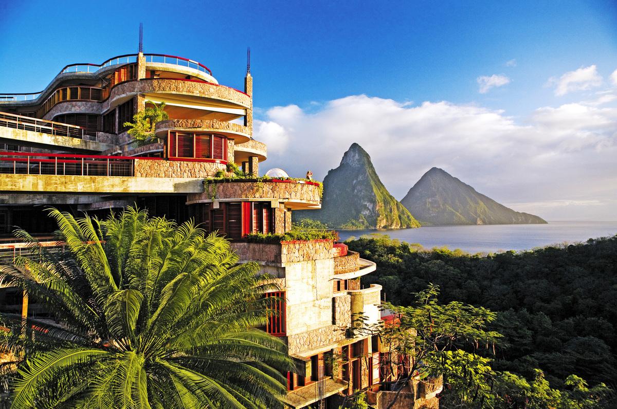 Jade Mountain - Soufriere (Saint Lucia)  Nằm trên bờ biển Địa Trung Hải, phía Tây Saint Lucia, Jade Mountain là điểm nghỉ mát tuyệt vời dành cho các cặp đôi, có view đẹp khi phóng tầm nhìn ra xa là ngọn đồi xanh mướt, hoàng hôn trên biển lãng mạn. Đây không phải resort riêng tư nhưng vì lọt thỏm giữa rừng cây và bạn phải di chuyển bằng thuyền mới đến nơi, nên khung cảnh rất yên bình, thanh tĩnh. Giá vào khoảng 24 triệu/phòng đôi.