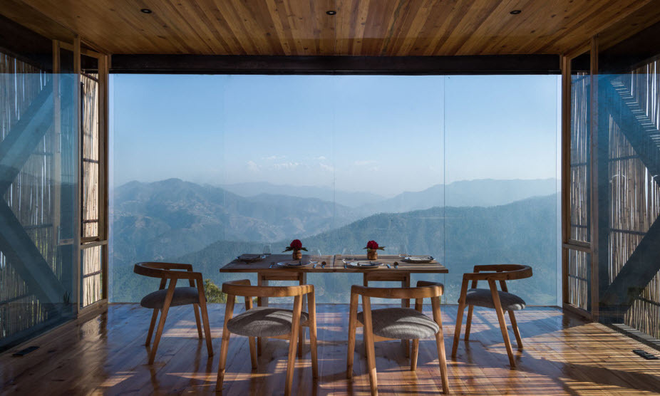 Hotel Kumaon - Uttarakhand (Ấn Độ)  Tọa lạc trên sườn núi Kasar Devi thuộc dãy Himalaya, Kumaon được các kiến trúc sư Sri Lanka thiết kế theo hướng hiện đại hòa cùng thiên nhiên. Đa phần nội thất, vật liệu xây dựng là từ gỗ tạo cảm giác gần gũi, lắp kiếng để tận dụng tối ra view đại ngàn, khiến bạn đắm chìm trong cảnh bình minh mỗi sáng. Giá một phòng deluxe khoảng 4 triệu đồng, khá hợp lý so với những trải nghiệm ở đây.