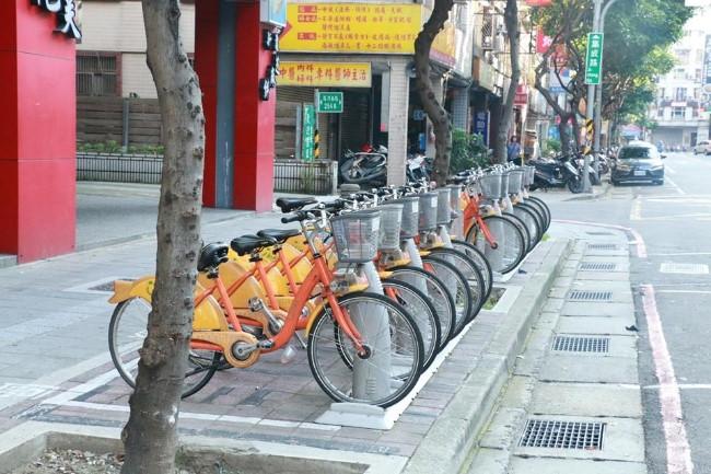 Một góc phố ở Đài Bắc với những chiếc xe đạp công cộng. Ảnh: Vũ Linh.