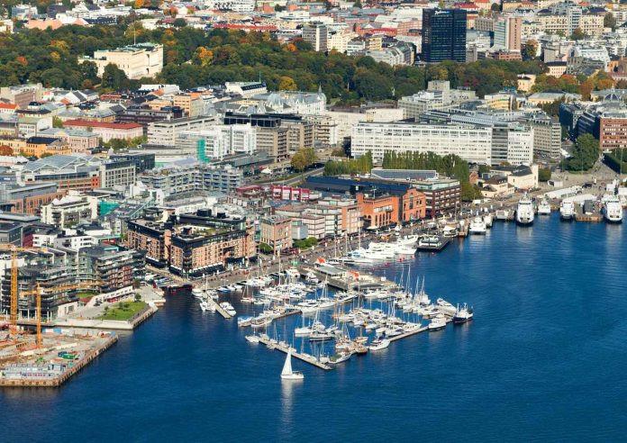 Nếu bạn chưa bao giờ đến Oslo, hãy lập luôn kế hoạch để đi ngay bởi tháng 6, 7 là thời điểm tuyệt vời nhất để khám phá nơi đây. Khi mùa hè đến, các khu rừng trở nên tươi tốt, đem đến khung cảnh tuyệt đẹp cho những cánh thuyền buồm hối hả đang len lỏi vào vịnh hẹp.