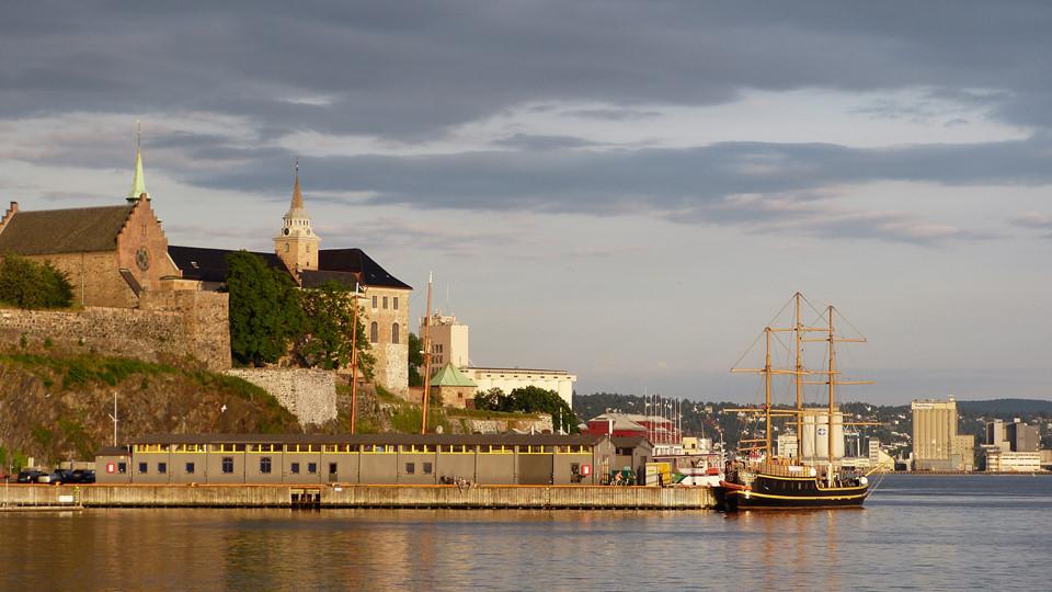 Trên bến cảng, bạn sẽ thấy Pháo đài Akershus, là một lâu đài với phong cách phục hưng. Hãy thăm thú các bảo tàng nếu bạn có hứng thú với lịch sử thời Trung cổ hoặc Thế chiến II, nếu không bạn chỉ cần khám phá khu vực xung quanh và tận hưởng khung cảnh thiên nhiên nơi đây.