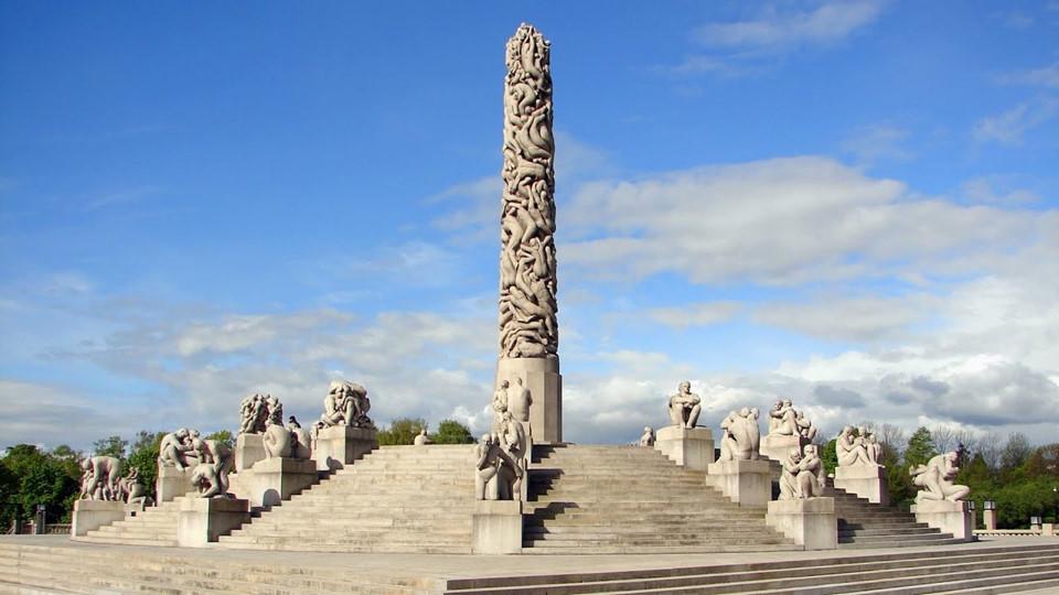Điểm tham quan: Mặc dù khá xa trung tâm thành phố, công viên Điêu khắc Vigeland là một địa điểm du lịch không thể bỏ qua. Nhà điêu khắc người Na Uy - Gustav Vigeland - ông có vô số tâm tư và chiêm nghiệm về cuộc đời con người. Điều đó được ông truyền tải qua các tác phẩm.