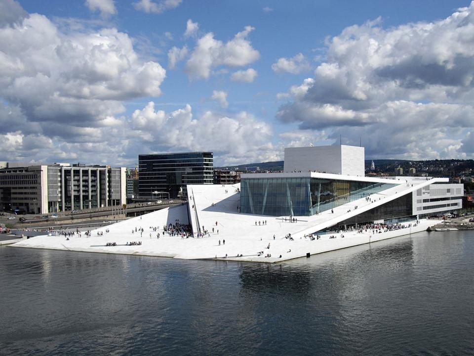 Tòa nhà Oslo Opera nằm trong khu phố Bjørvika ở trung tâm thành phố. Đây là ngôi nhà của những giải thưởng Opera và Ba lê mang tầm quốc gia. Nhưng bạn không cần thiết phải vào bên trong. Mái nhà của Oslo Opera tạo với mặt đất một mặt phẳng, làm nên một quảng trường lớn. Du khách yêu thích đến đây vào những ngày nắng, khi mọi người được tự do đi bộ lên các sườn dốc lên mái nhà và chiêm ngưỡng quang cảnh khoáng đạt.