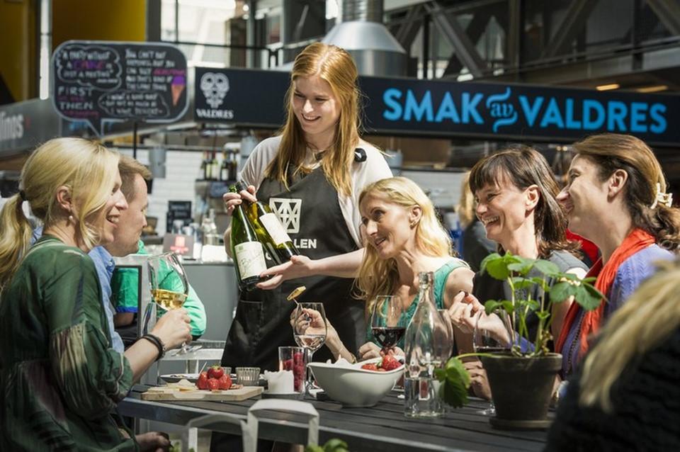 Phải thưởng thức: Đi bộ một lúc từ trung tâm thành phố về phía đông của dòng sông là ngoại ô thành phố Grunerløkka, nơi có nhiều quán cà phê, nhà hàng, quán bar và cửa hàng sót lại từ tàn dư của quá khứ công nghiệp thành phố Oslo. Lấy cảm hứng từ các khu ẩm thực tuyệt vời của châu Âu, khu thương mại ven biển Mathallen có hơn 25 quán ăn khiến bạn đôi khi bối rối.