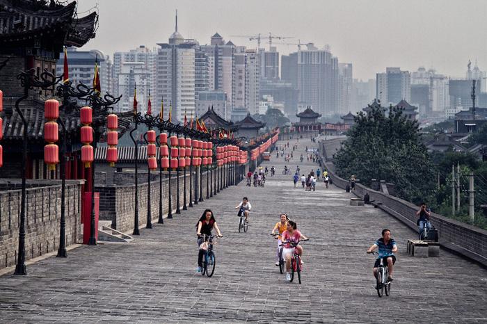 Đạp xe trên tường thành cổ là hoạt động rất thú vị ở Tây An. Ảnh: CNN Travel