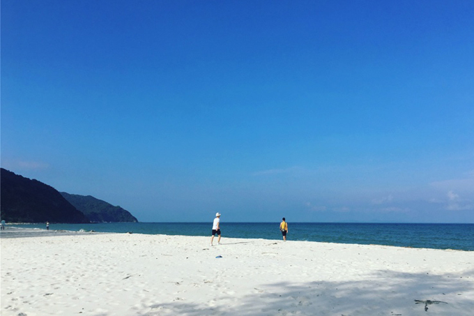 Bãi biển Minh Châu  Trong các bãi tắm tại Quan Lạn, Minh Châu có bờ cát trắng mịn nhất nên luôn đông khách. Để có một tấm ảnh ưng ý trên bãi biển vắng người, bạn chỉ cần chịu khó đi thêm khoảng 1 km về phía bến cảng Trụi Minh Châu. Tại đây có một bãi tắm hoang sơ, hầu như rất ít người tắm.
