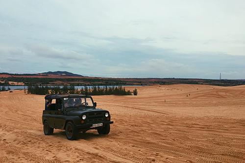 Lái xe off-road trên đồi cát  Đồi cát là điểm tham quan nổi tiếng cách trung tâm Phan Thiết khoảng 40 km. Đến đồi cát, ngoài tham quan và chụp ảnh, lái xe môtô địa hình 4 bánh là trải nghiệm bạn nên thử. Ảnh: @emelinetsr.