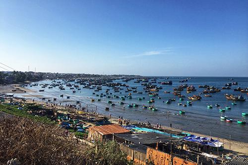 Thăm làng chài vào sáng sớm Chợ Mũi Né vào lúc bình minh sẽ đem đến cho bạn bức tranh chân thật về cuộc sống của người địa phương. Khi những chiếc thuyền đầy ắp tôm cá cập bờ cũng là lúc thương lái, chủ nhà hàng lẫn người địa phương đổ xô ra trao đổi. Ảnh: Meidiana Ten.