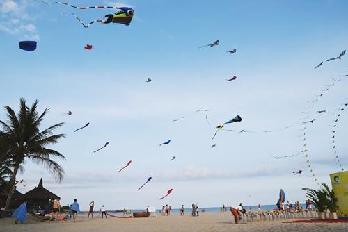 Thả diều Mùa hè, du khách sẽ dễ bắt gặp những cánh diều đủ màu sắc trên nền trời xanh ngắt ở biển Mũi Né. Đây là hoạt động giải trí hấp dẫn đối với người lớn và trẻ nhỏ. Diều có nhiều hình dạng và giá cả, bạn có thể thuê để trải nghiệm. Một số khu nghỉ mát còn tổ chức ngày hội thả diều để phục vụ nhu cầu khách. Ảnh: Má Lúm.