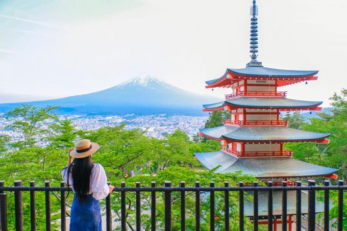 Chùa Chureito  Núi Phú Sĩ (Fuji) là biểu tượng của Nhật Bản mà bất kỳ du khách nào cũng muốn một lần nhìn thấy trong đời. Điểm đến đầu tiên mà bạn có thể ngắm nhìn địa danh nổi tiếng này là ngôi chùa Chureito thuộc ngôi đền Sengen Arakura. Ngôi chùa có những tầng tháp mái rộng, cửa sơn đỏ, nhìn xa xăm ra dãy núi Phú Sĩ và dưới chân là thành phố Fujiyoshida.
